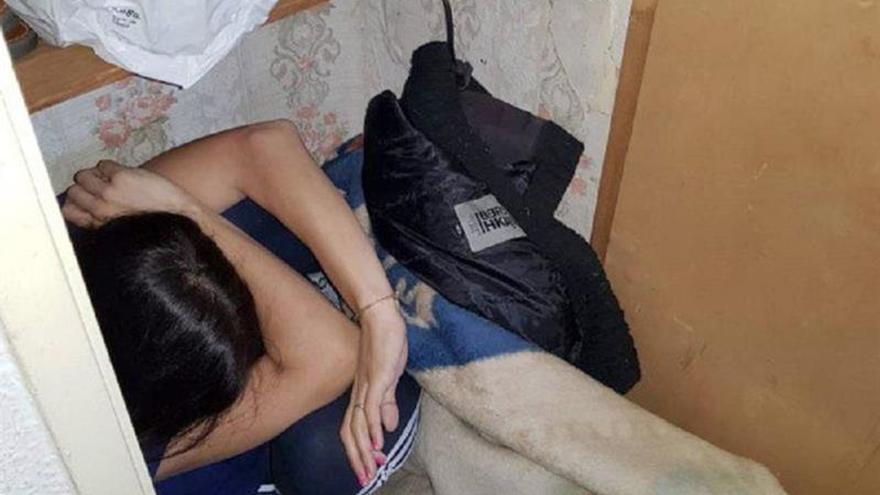 Detenido por agredir a su esposa que se tuvo que esconder en un armario