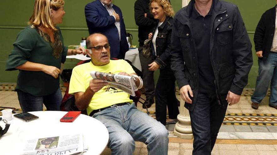 El presidente del Gobierno de Canarias, Fernando Clavijo (d), momentos antes de una reunión del Consejo Político Nacional de Coalición Canaria