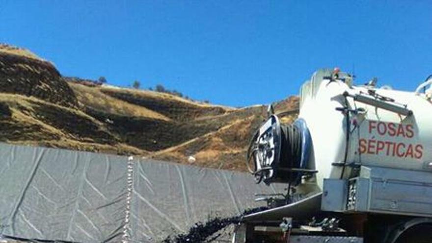Camión cuba haciendo vertidos ilegales en el centro de tratamiento de Almagro (octubre de 2016)