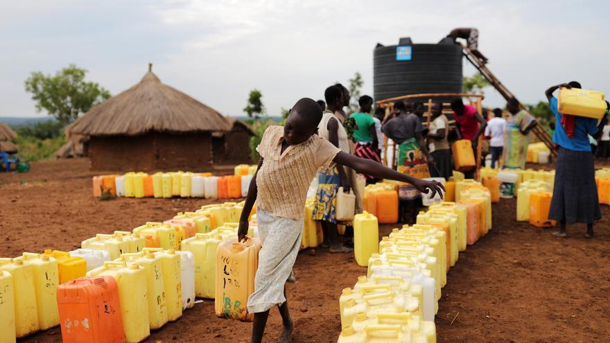 En el asentamiento de refugiados de Rhino, en el norte de Uganda, el acceso a agua limpia es un gran problema para los refugiados de Sudán del Sur. En junio, los refugiados que vivían en Ofua recibieron un promedio de 8,1 litros de agua por persona por día, muy por debajo del nivel de emergencia de 20 litros por persona por día. Esta cantidad limitada de agua no es solo para beber, sino también para cocinar, bañarse, limpiar y para fines agrícolas. Una de las razones por las que el acceso al agua es tan difícil es el tamaño de los asentamientos de refugiados en Uganda. Además, la vasta tierra de asentamiento que está destinada a refugiados tiene fuentes de agua subterránea muy limitadas en general. La región noroccidental de Uganda ya estaba estancada por el agua antes de la afluencia de refugiados debido a varios años de lluvias escasas. MSF ha motorizado dos pozos de perforación desde los cuales se suministra agua a través de más de 8,3 km de tuberías hasta un lugar central de distribución y transporte. Fotografía: Atsushi Shibuya/MSF
