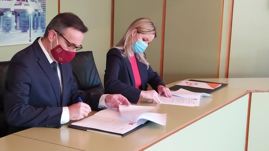 Martínez Vidal y Conesa, durante la firma del acuerdo del programa de gobierno
