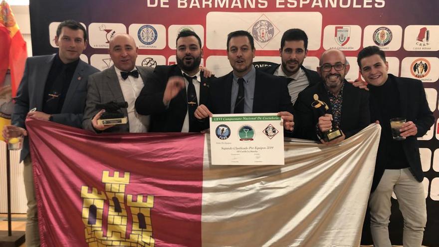 Santiago Fernández Checa situado en el segundo lugar a la derecha de la imagen / Asociación de Barmans de Castilla La Mancha