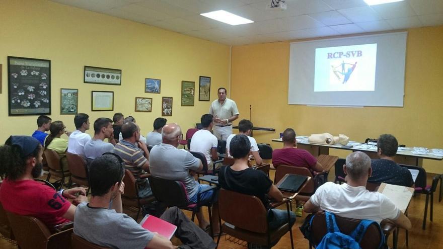 El consejo de Pesca del Cabildo del Cabildo, José Basilio Pérez, se dirige a los asistentes  de unos de los cursos.