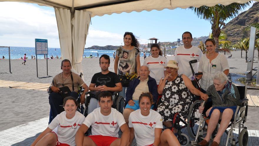 En la imagen, la consejera insular de Servicios Sociales (de pie, primera por la izquierda) con participantes del programa 'Verano sin barrera's y miembros de Cruz Roja.