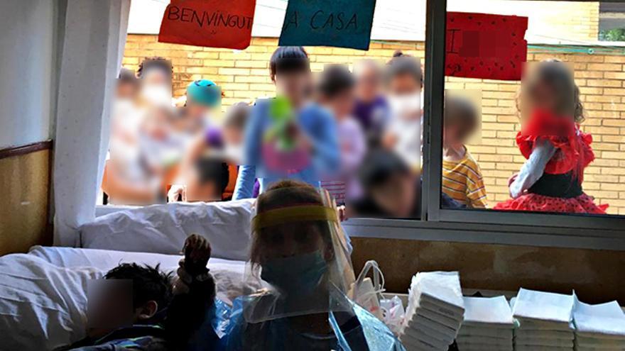 Iker, en la habitación con su educadora. Tras la ventana, sus compañeros de piso.