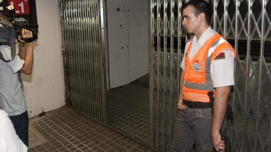 Un guardia de seguridad impide el acceso a los andenes de la estación de Arco de Triunfo de Barcelona.