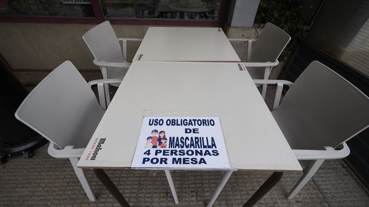 Terrazas con cárteles de limitaciones en Pamplona