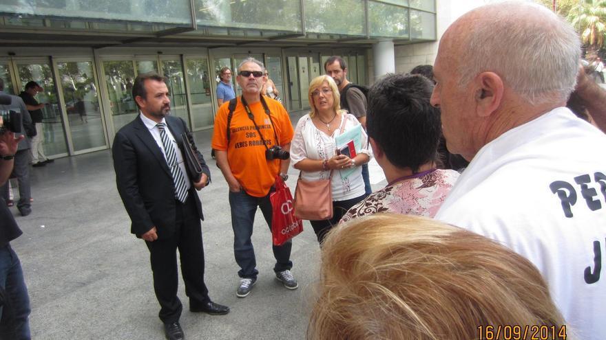 El abogado y niño adoptado Enrique Vila en la Ciudad de la Justicia de Valencia