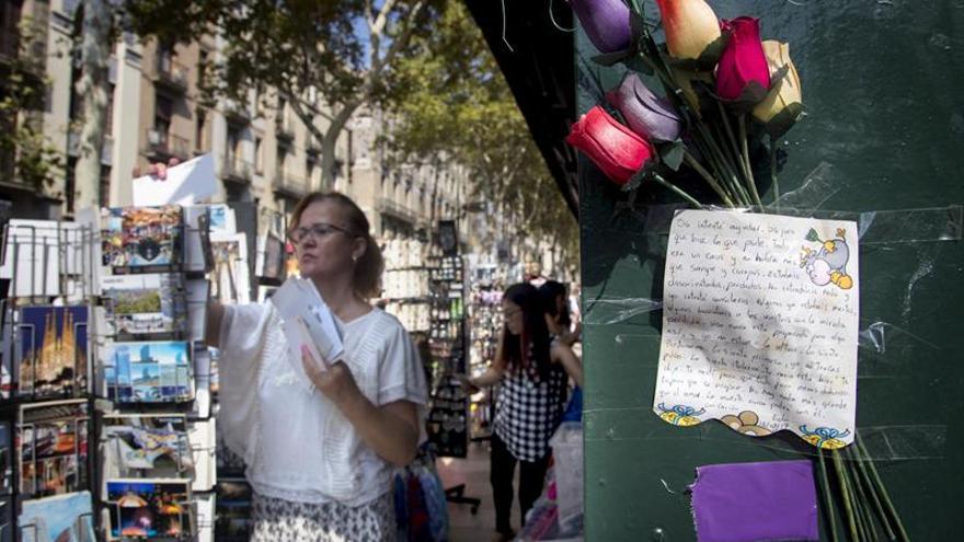La Rambla, de nuevo la vía más transitada y epicentro de los homenajes a las víctimas