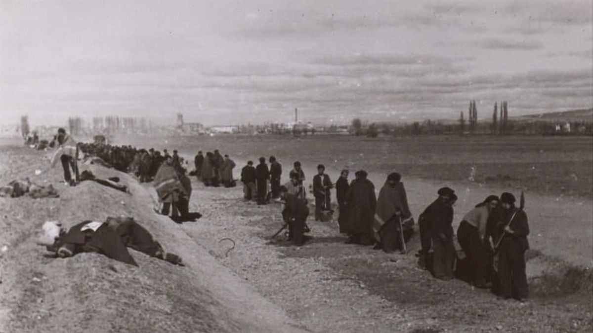 Prisioneros republicanos trabajando en las proximidades de Santa Eulalia (Teruel). Se desconoce si eran internos del campo de concentración.