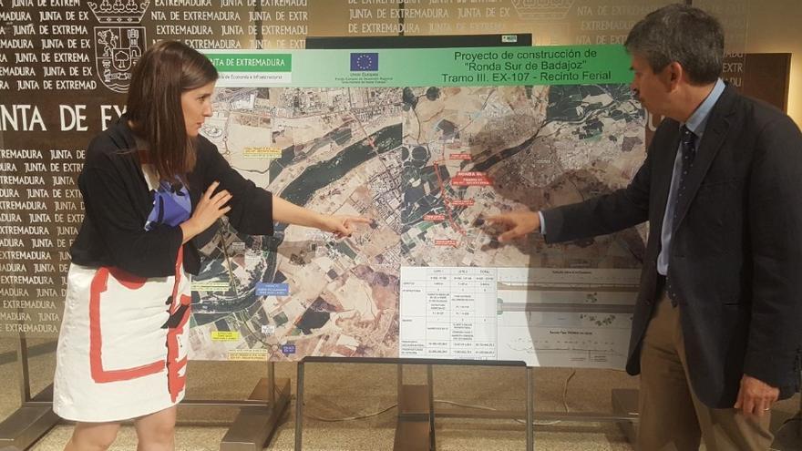 La vicepresidenta y portavoz Isabel Gil Rosiña, y el consejero de Economía e Infraestructuras, José Luis Navarro, presentan las obras del tercer tramo de la Ronda Sur de Badajoz