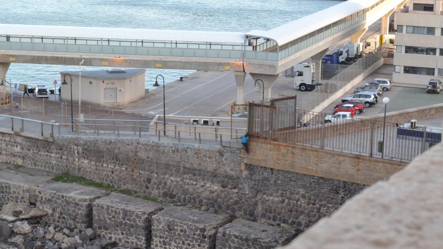 Un menor escala la valla junto a las escolleras del puerto   N.C.