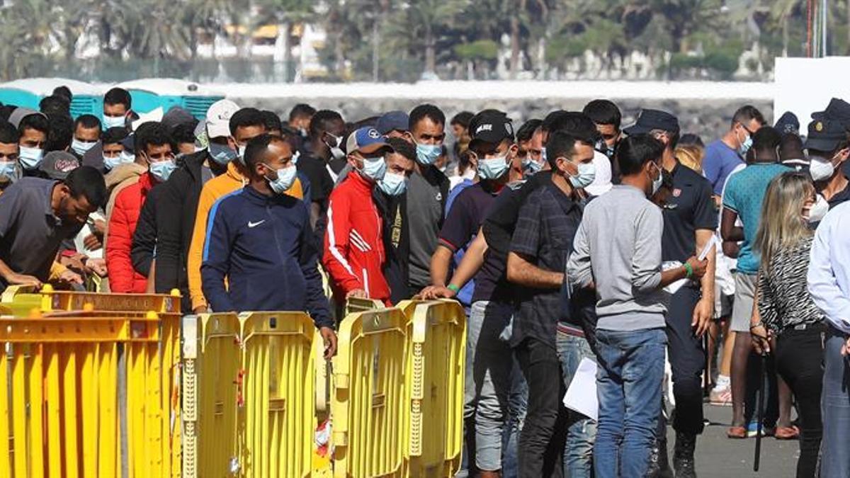 Más de 1.700 inmigrantes alojados en el muelle de Arguineguín, Gran Canaria.