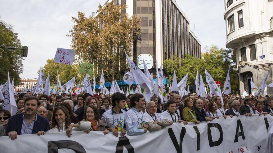 La marcha antiabortista a su paso por la calle de Génova, donde está ubicada la sede del Partido Popular. \ Juan Ramón Robles.