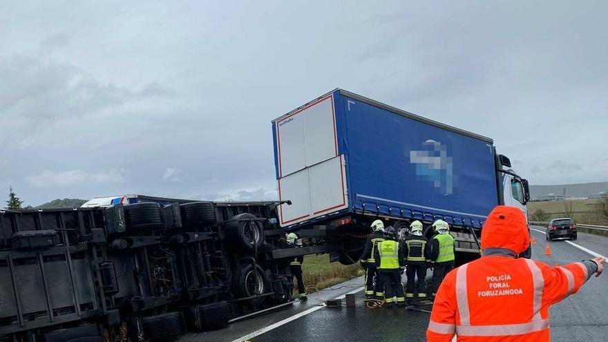 El accidente de un tren de carretera corta un carril en la A-15, a la altura de Tiebas