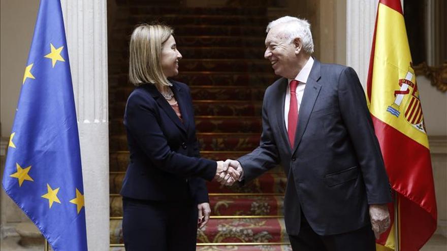 El ministro de Exteriores, José Manuel García-Margallo, recibe a la Alta Representante de la UE para Asuntos Exteriores y Política de Seguridad, Federica Mogherini./ EFE.