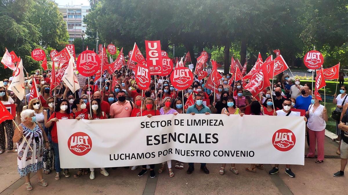 El sector de la limpieza celebra su segunda jornada de huelga en Córdoba.