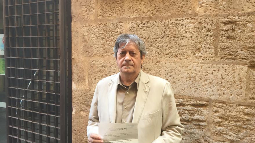 Rafa Xambó con el escrito en el que pide a la Generalitat que se persone para recuperar 1'2 millones de Canal 9