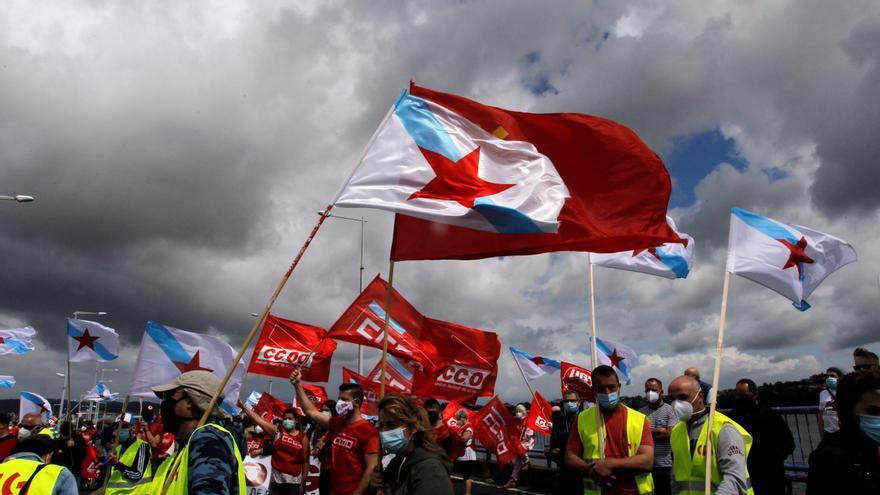 Un millar de personas bloquea el puente y denuncia el declive de Ferrolterra
