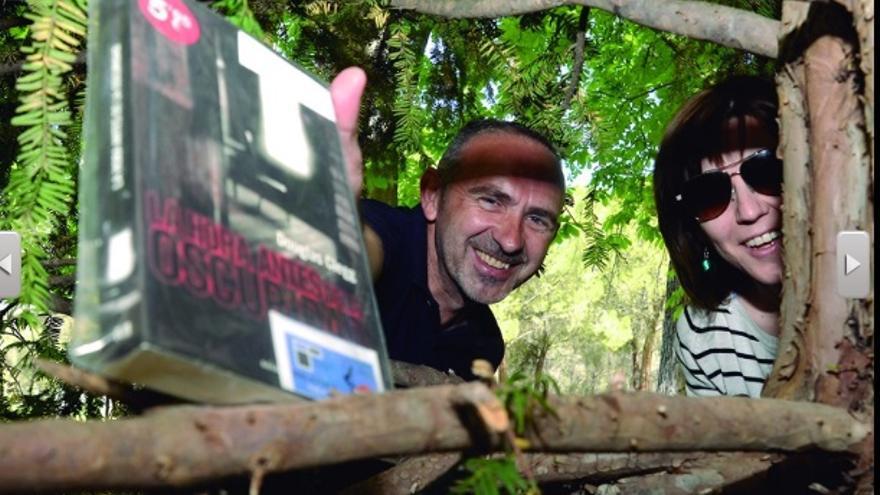 Antonio Niño y Mónica Martínez en plena 'caza' de libros
