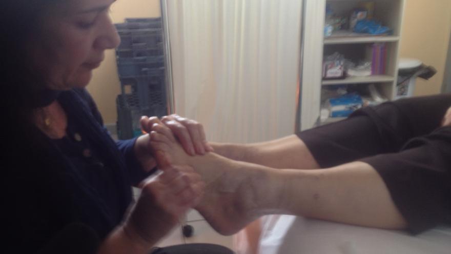 Una paciente recibe un masaje en la clínica social Metropolitan Community Clinic de Helliniko (Atenas), el 22 de enero de 2015. / A.G.