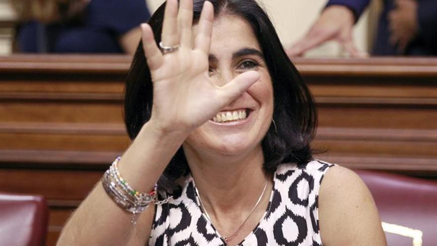 La socialista Carolina Darias San Sebastián saluda tras haber sido elegida hoy presidenta del Parlamento de Canarias, al obtener la mayoría absoluta de los votos de la Cámara en la primera votación del pleno de constitución de la IX Legislatura. (EFE/Cristóbal García)