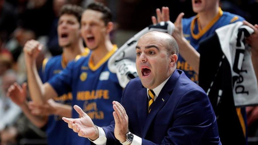 El entrenador del Herbalife Gran canaria, Víctor García, aplaude a sus jugadores en el partido ante el Valencia Basket