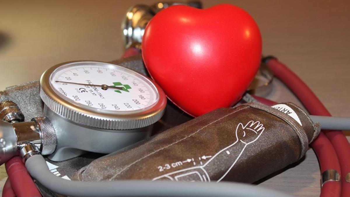 Podemos tomarnos en casa la presión arterial como dato orientativo.