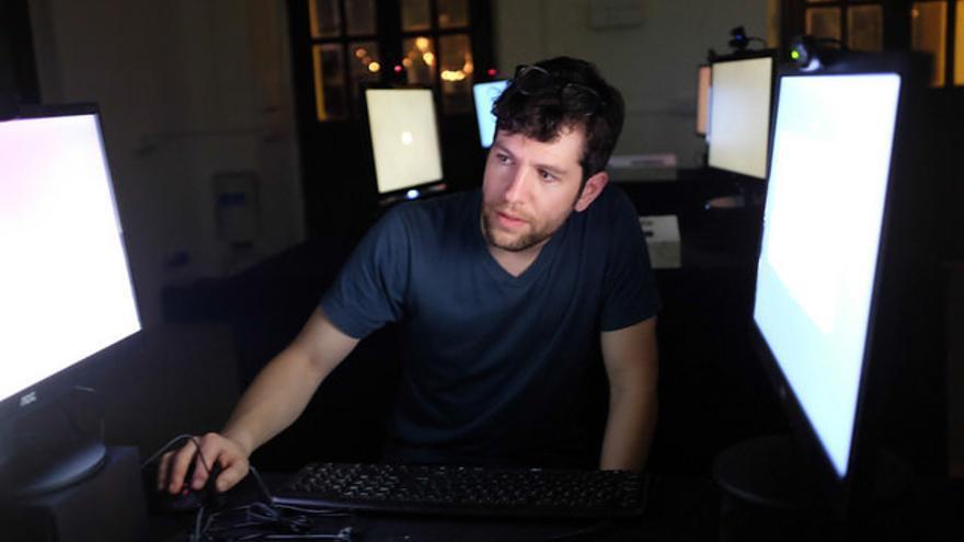 Jonathan Wohl preparando la instalación interactiva 'Talking'