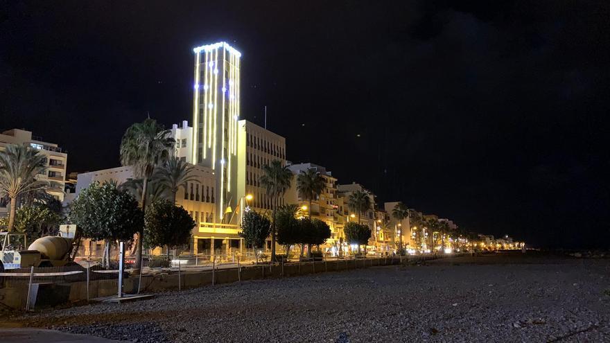 El edificio principal del Cabildo Insular de La Palma luce su nueva decoración navideña.