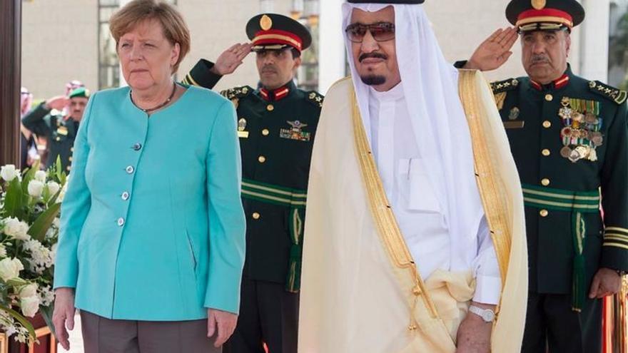 Merkel firma acuerdos con Arabia Saudí en una reunión con el rey Salman