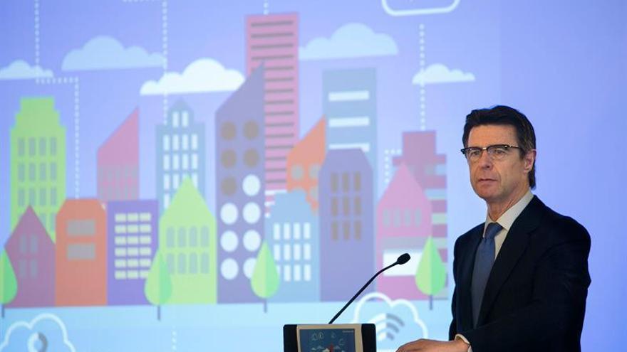 El ministro de Industria, Energía y Turismo, José Manuel Soria, durante la presentación en Las Palmas de Gran Canaria de un estudio de la consultora Deloitte sobre las Ciudades Inteligentes. EFE/Quique Curbelo