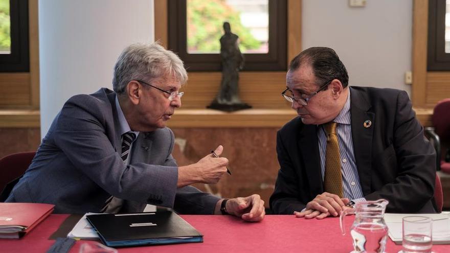 El consejero de Administraciones Públicas del Gobierno canario, Julio Pérez y Blas Trujillo, consejero de Sanidad, durante la reunión del Consejo de Gobierno