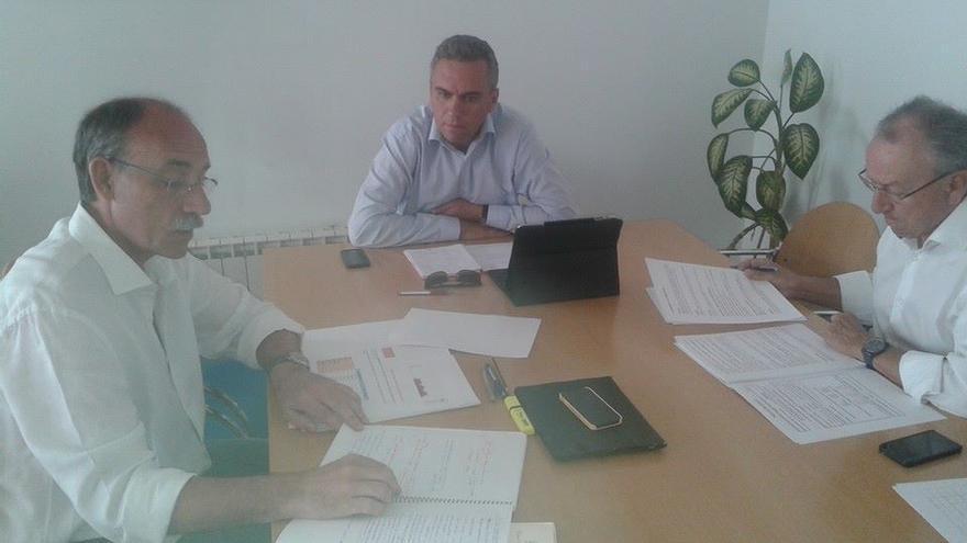 Javier Izquierdo, en medio, junto a Mario Bedera (izda.) y Emilio Álvarez (dcha.). Foto: Facebook PSOE Valladolid