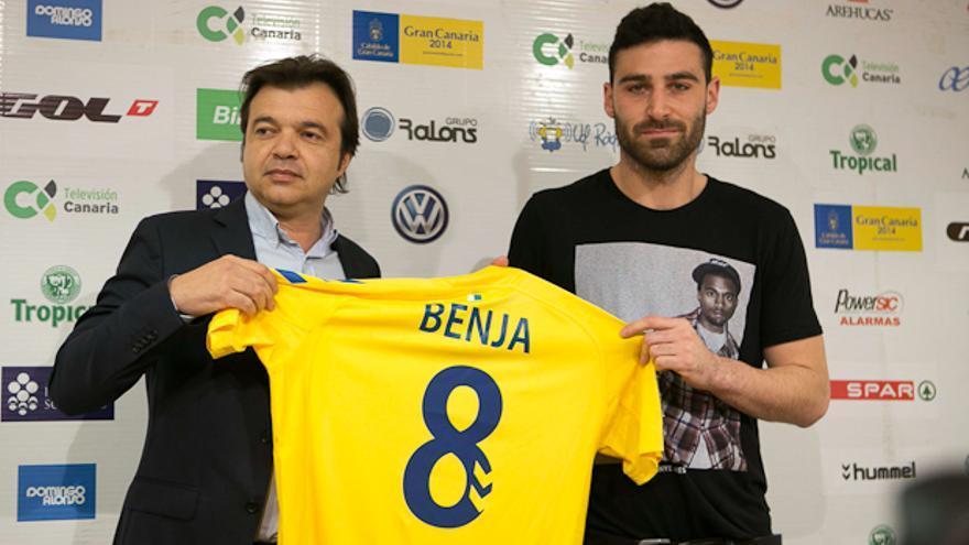 Benja sujeta la camisola de la UD Las Palmas junto a Toni Cruz en su presentación como jugador amarillo. udlaspalmas.es