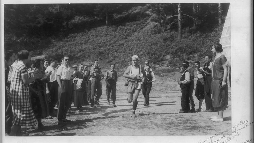 José González Vigil llega vencedor en la tercera carrera de la Copa de Hierro de Peñalara (1925) (© Archivo RSEA Peñalara).