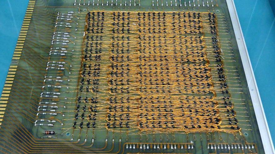 Una placa de un programa para el miniordenador Factor-Q