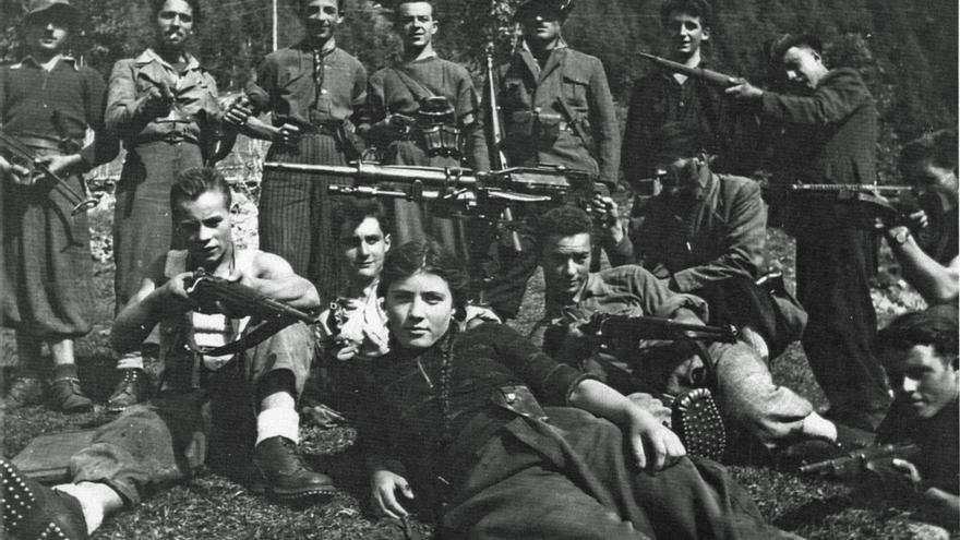 La célebre partisana Rosy Romelly, entre compañeros, verano del 44