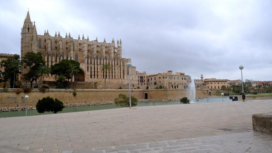 Alrededores de la Catedral-Basílica de Santa María (Palma) vacía durante el primer día laborable desde del estado de alarma decretado por el coronavirus en el país