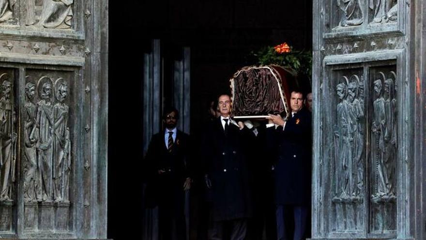 Familiares de Francisco Franco salen de la Abadía portando el féretro a hombros