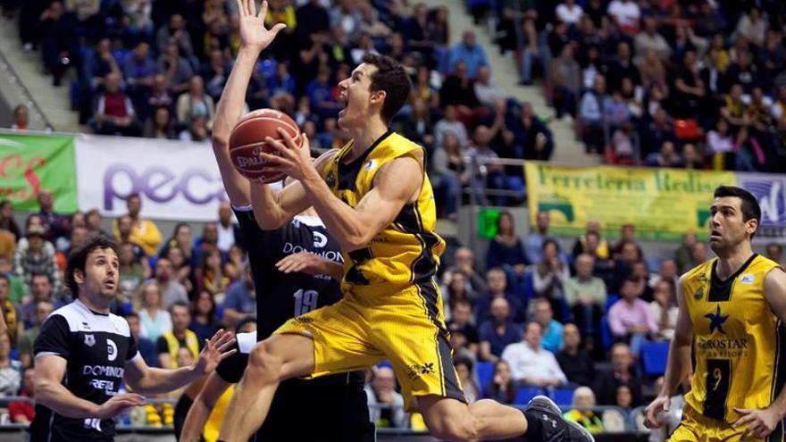 El base del Iberostar Tenerife, R. San Miguel, entra a canasta ante la oposición del pívot del Bilbao Basket, Marko Todorovic, durante el partido de baloncesto disputado hoy en el pabellón Santiago Martín de La Laguna (Tenerife)EFE/Ramón de la Rocha.