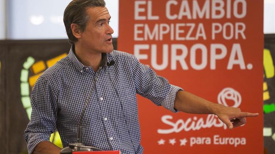 El candidato número 4 del PSOE al Parlamento Europeo Juan Fernando López Aguilar durante su participación en un acto de precampaña en Las Palmas de Gran Canaria, en el que estuvo arropado por miembros del partido y del ejecutivo regional. EFE/Ángel Medina G.