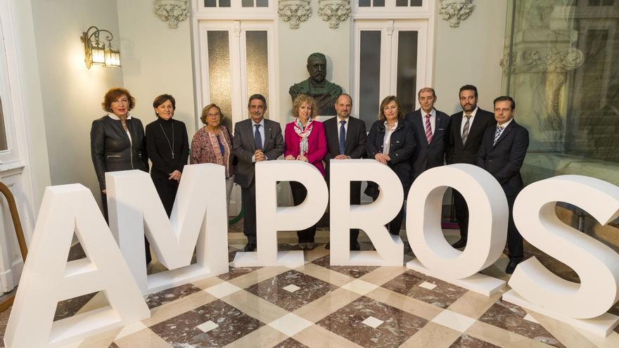 Autoridades y miembros de AMPROS, en el acto celebrado en La Magdalena.   Miguel López