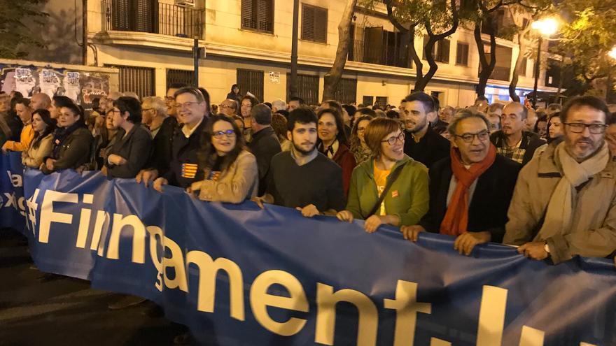 El Gobierno valenciano y los representantes de las Corts, en la segunda pancarta de la manifestación.