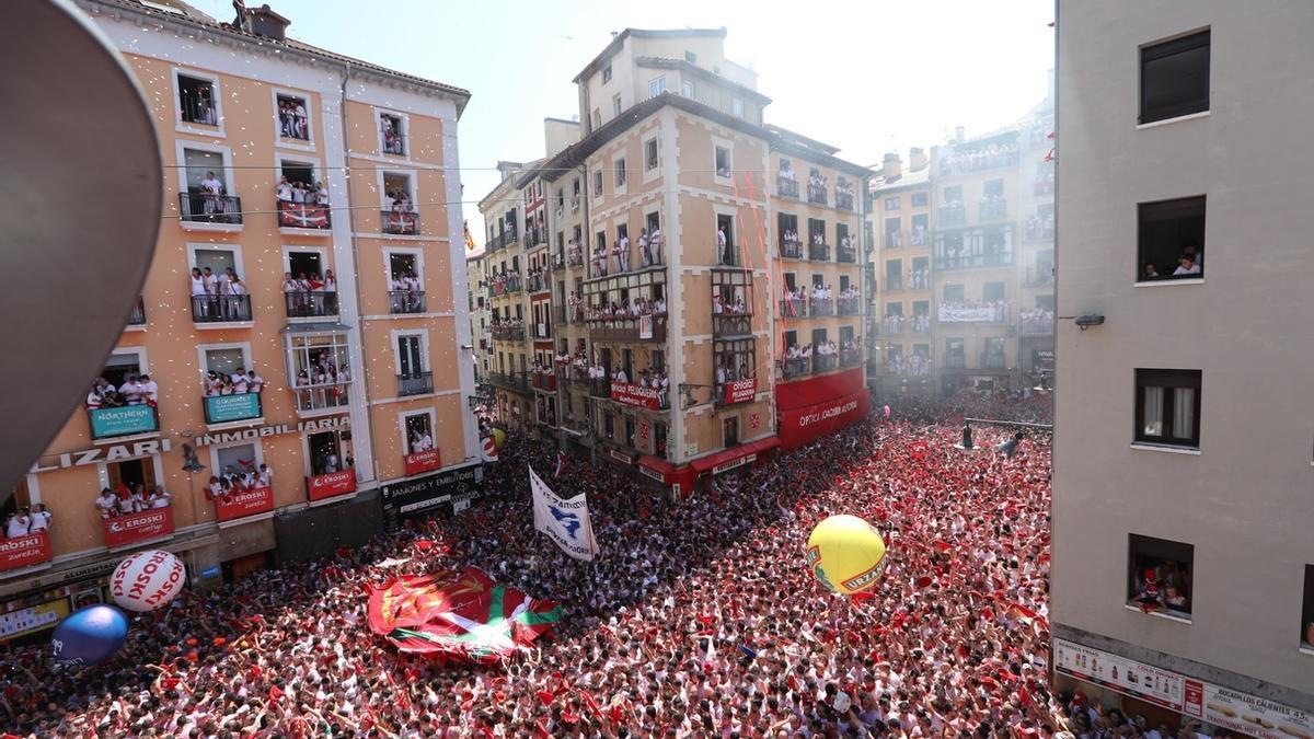 Imagen de la plaza consistorial de Pamplona un 6 de julio antes de la pandemia.