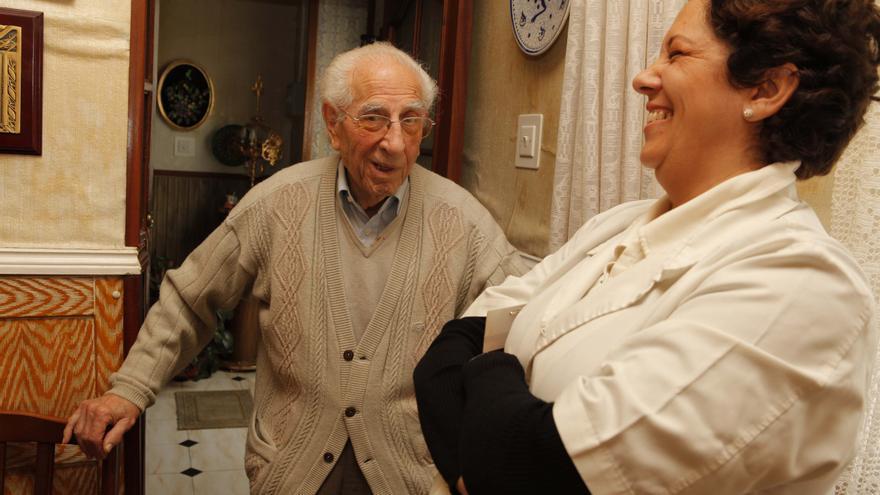 Tomás Beltrán junto a Mari Luz Contreras, la auxiliar que los atiende a él y a su esposa.