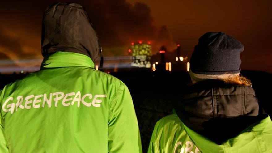 Activistas de Greenpeace se encadenan a un barco de una petrolera en Nueva Zelanda