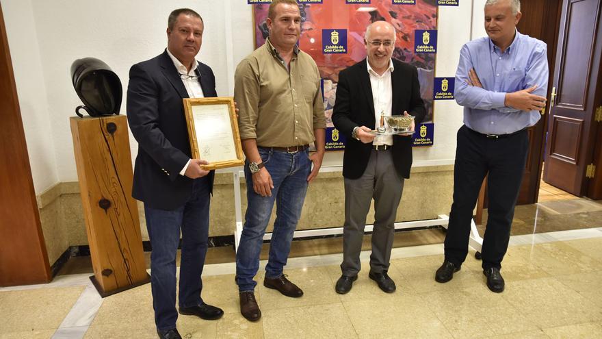 El presidente del Cabildo de Gran Canaria, Antonio Morales, junto a los representantes de la Asociación 'Kilómetro Cero'
