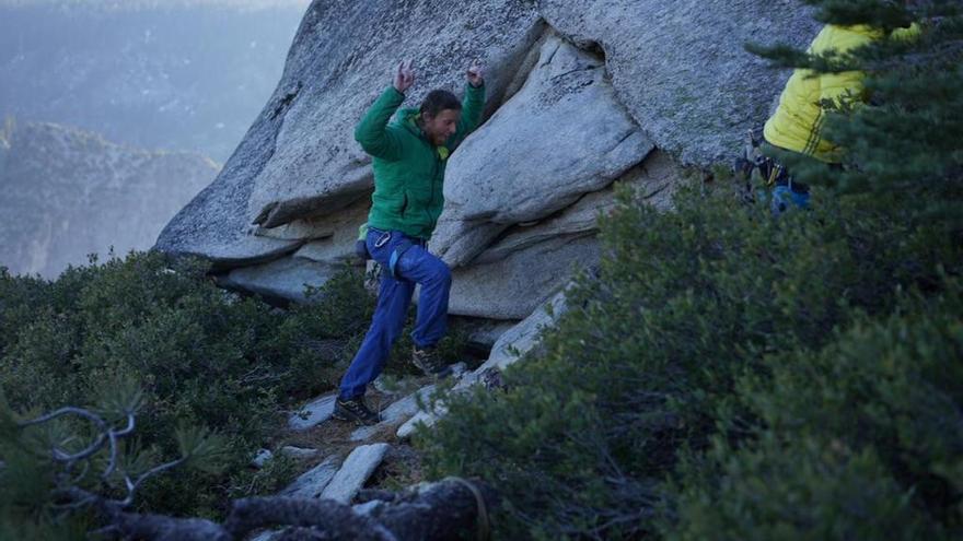 Caldwell contento tras escalar Dawn Wall en libre (© Chris Burkard / Patagonia).