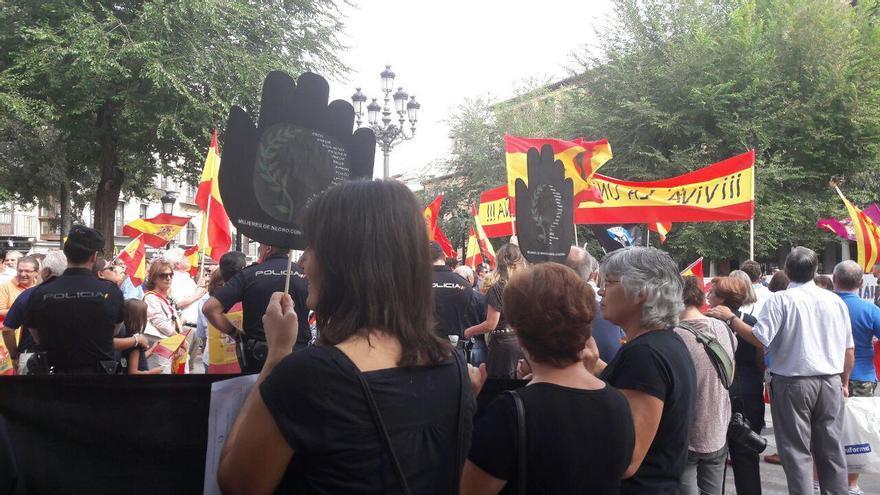 La concentración autorizada de Mujeres de Negro contra la guerra, frente a la de los defensores de la unidad de España